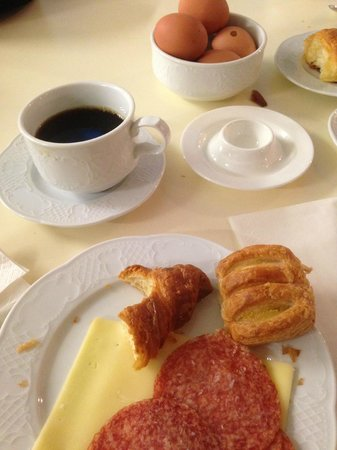 Hotel Le Clarisse al Pantheon : Breakfast is served... yummy!  :D