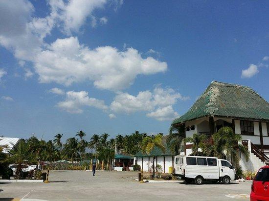 Bataan White Corals Beach Resort: ParkingArea