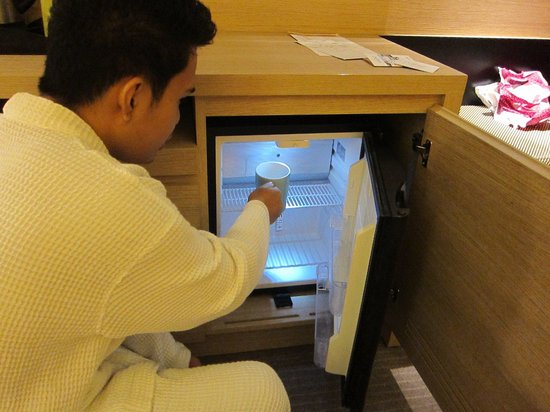 Park Inn by Radisson Davao: Small fridge in the desk just under the TV