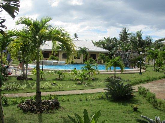 Bohol Sunside Resort: jardin et piscine