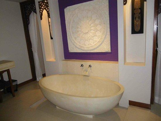 Rawai Palm Beach Resort: Bath as you walk in the room