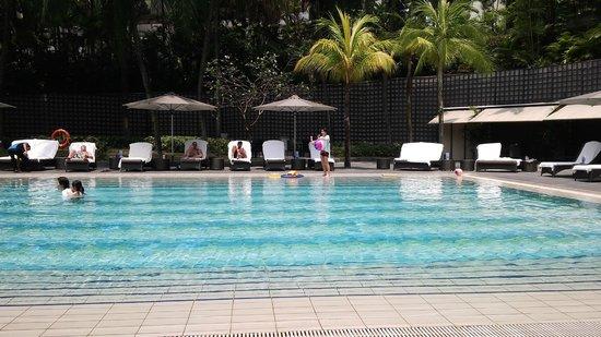 The Ritz-Carlton, Millenia Singapore: Big Pool Side Area