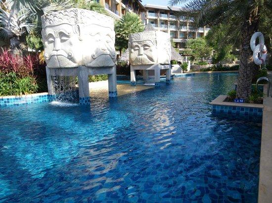 Rawai Palm Beach Resort : Pool area with swim up bar