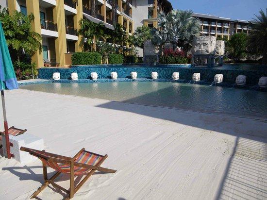Rawai Palm Beach Resort : Little man-made beach next to the restaurant