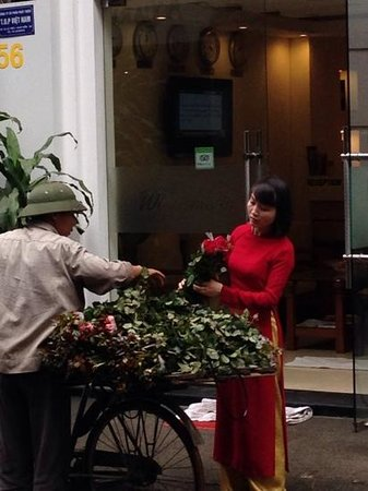 Hanoi Impressive Hotel: a lovely staff member choosing flowers