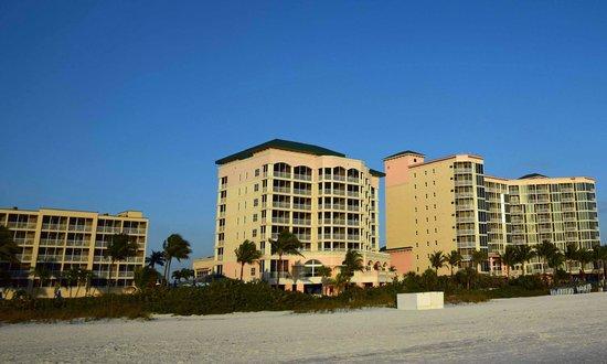Pink Shell Beach Resort & Marina : Blick vom Strand auf das Hotel