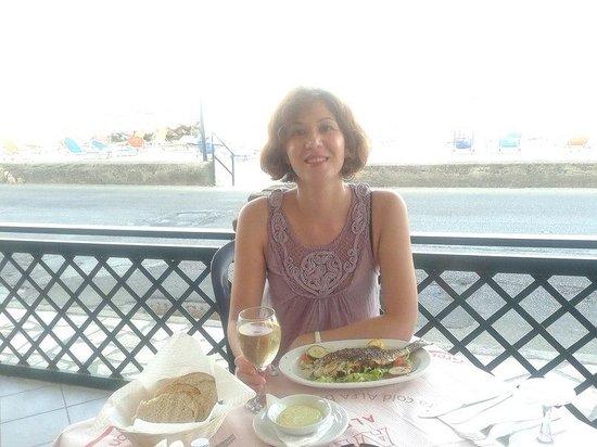 Hotel Loutrouvia: Фирменный ужин отеля -рыбный день. Пляж через дорогу.
