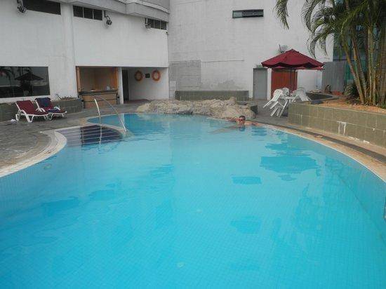 Hotel Royal Penang: Pool on 4th Floor