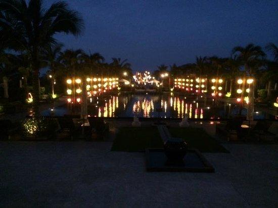Sunrise Premium Resort Hoi An: night view of pool