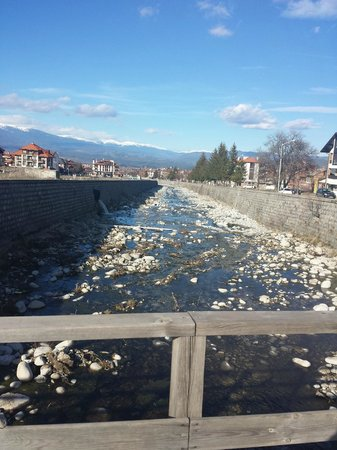 Pirin River Ski & Spa : ул. Ikonom Chuchulan, мост через р.Glazne, ок. отеля, дорога в центр
