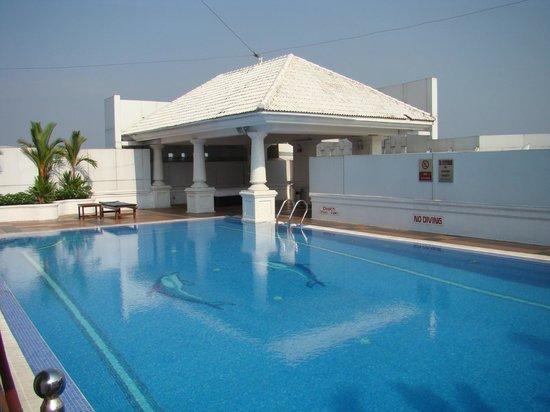 Radisson Blu Kochi: Rooftop Pool and Terrace