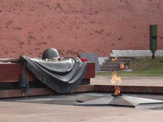 Kremlin Walls and Towers : tomb of the unknown soldier.