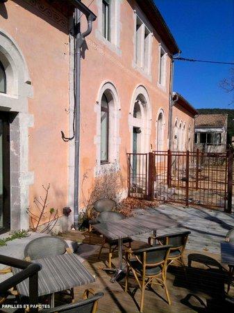 Couleurs Cafe: La terrasse, et vue sur l'école d'à côté