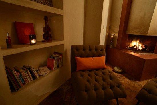 Riad Dar Emotion : Le salon au coin de la cheminée