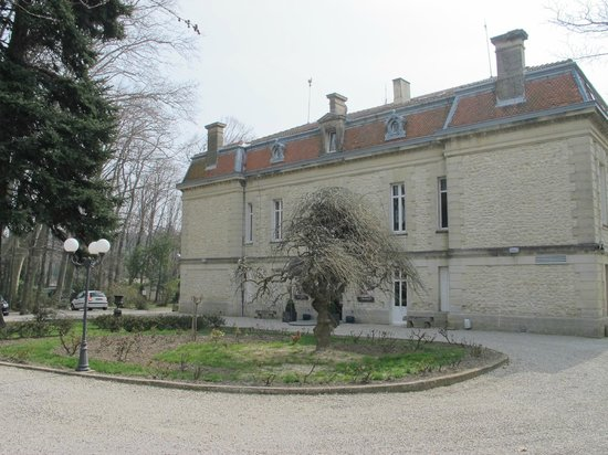 Manoir de la Roseraie : View of the Manoir in March