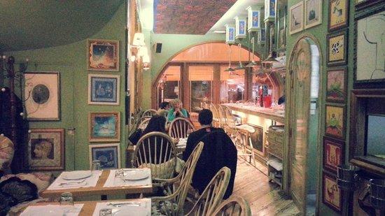 Skoufos & Oinos: charming interior