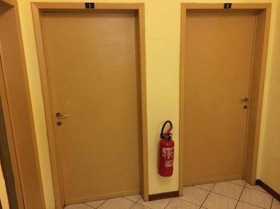 Hotel Lazzerini : porta camere