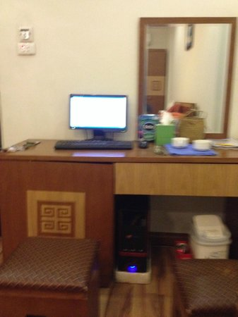 Hanoi Charming Hotel: Computer in room with free wi-fi