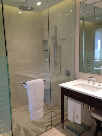 The Ritz-Carlton, Montreal: Beautiful and well appointed bathrooms