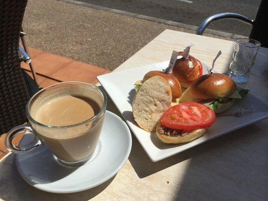 Cappuccino Grand Cafe: Cafe con leche y bocadillos