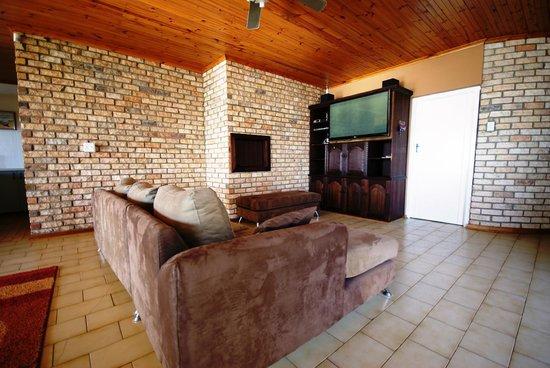 Jeffreys Bay Beach House: Communal TV Room