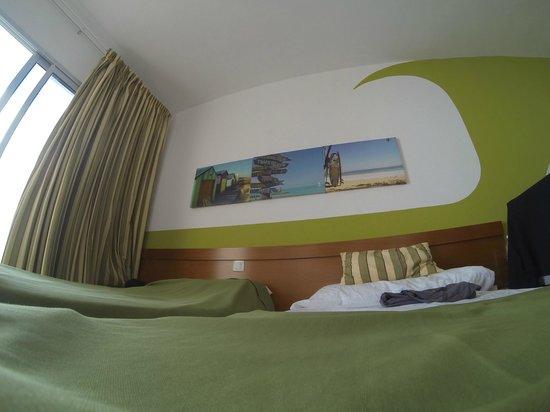 Surfing Colors Apartamentos: Muro stanza da letto