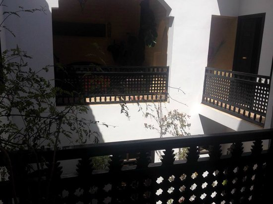 Riad Les Trois Mages: 1st floor courtyard