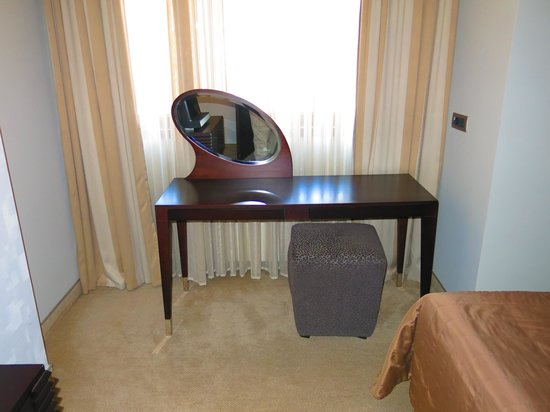 Hotel Townhouse 27: desk in bedroom (also a desk in living room)
