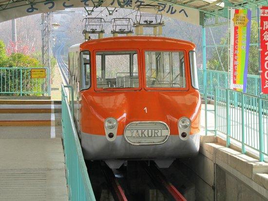 Yakuri Cable Car : 流線型の古い車両