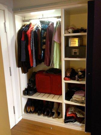 Iberostar Las Letras Gran Via : Ample closet space