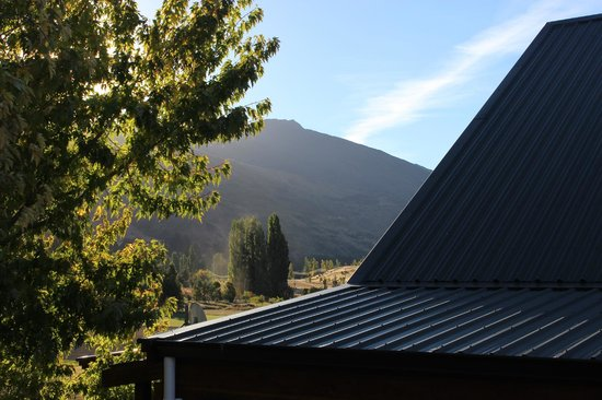 Alpine View Lodge: Roy's Peak range behind lodge