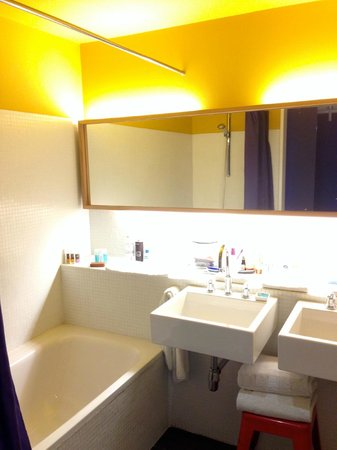 Iberostar Las Letras Gran Vía: Very large bathroom, with two sinks, shower and a soaking tub