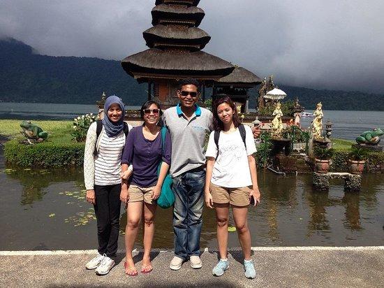 Magilla Bali Tours: Made Magilla, my sisters and me at Pura Ulun Danu Bratan