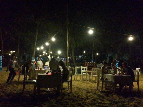 Thien Hai Son Resort: Restaurant le soir sur la plage