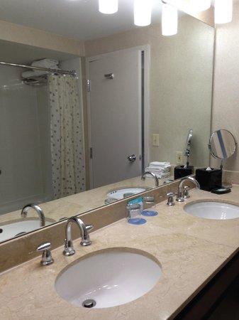 Hyatt Regency Boston Harbor : Super clean bathroom for king sized bedroom