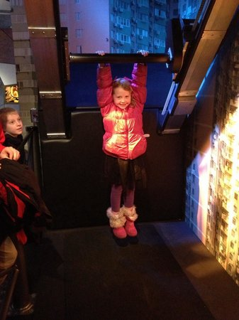International Spy Museum : James Bond hanging challenge. She hung on for 24 seconds!