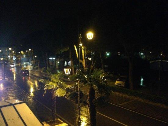 Hotel Plaza: Vista Lago notturna