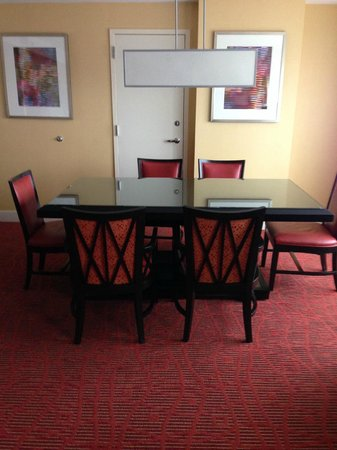Renaissance Baltimore Harborplace Hotel: Conference table in room 11006