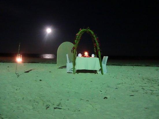Baobab Beach Resort & Spa : Diner on the beach
