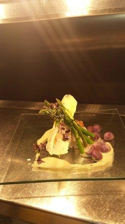 Bellagio Restaurant: Pan Fried hake,purple potatoes, asparagus and saffron foam