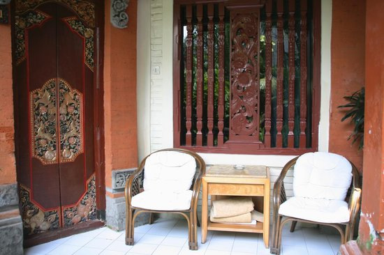 Seminyak Paradiso Hotel : Room door, coffee table