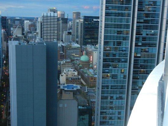 Meriton Serviced Apartments Kent Street: Balcony view towards QVB