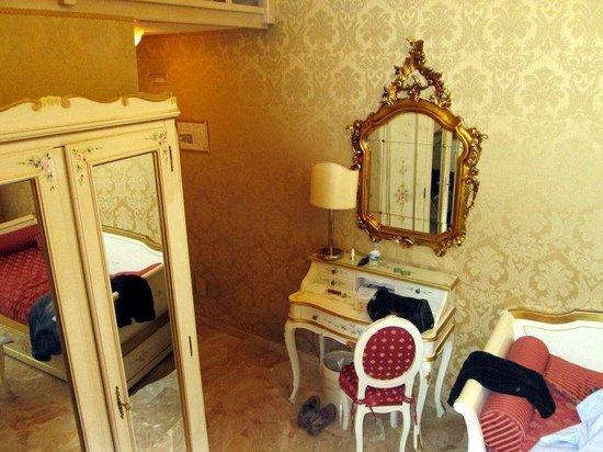 Hotel Canaletto : Sekretär und Sofa