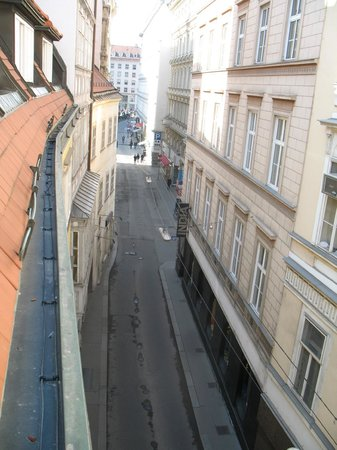 Hotel König Von Ungarn: Toward St Stephen's Square, 1 min stroll.