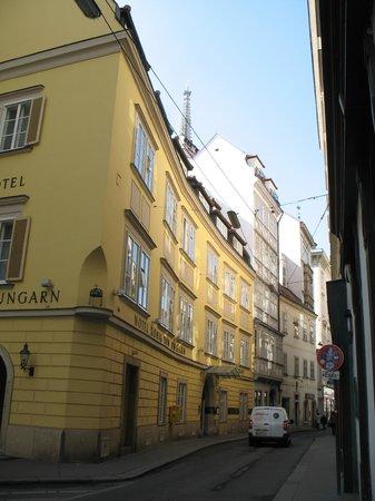 Hotel Konig Von Ungarn: Our suite, top, mid window (lower level room)