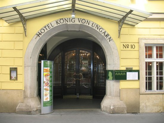Hotel Konig Von Ungarn: Street side entrance