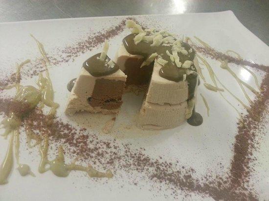 Ristorante Carameo: semifreddo alla nocciola con cuore di cioccolato fondente in crema di pistacchio