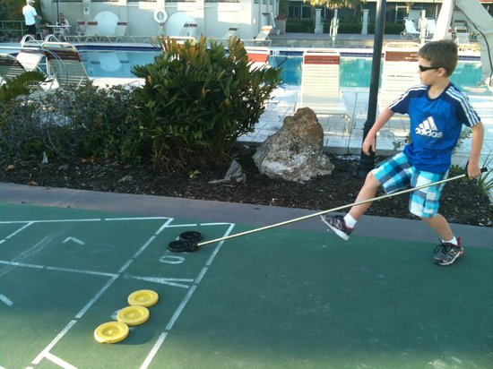 West Wind Inn: Kids loved the shuffleboard and huge swimming pool