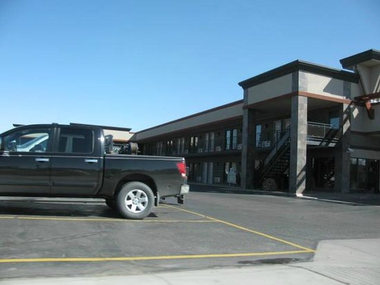Best Western Angus Inn: One side of the hotel