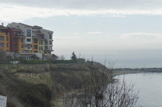 Marina Cape Hotel: комплекс не имеет собственного пляжа, но расположен на мысе
